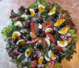 Салат из шпината с помидорами и сельдью