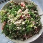 Салат из зелени с творогом.