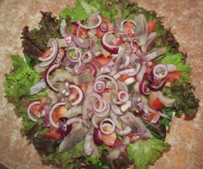 салат из шпината и латука с сельдью