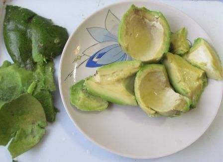 мякоть и кожура авокадо